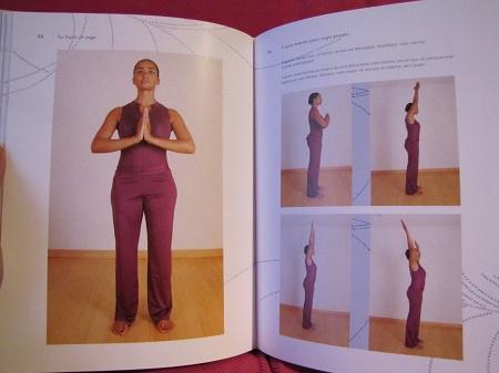 la leçon de yoga, début de la salutation au soleil