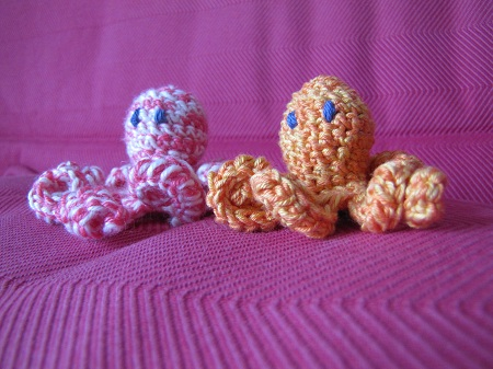 Poulpes rose et orange au crochet