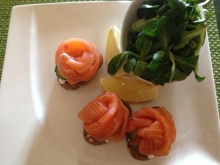 Mon premier repas, des minis sandwiches au saumon absolument délicieux