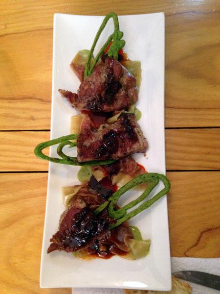 Presa de cochon sur raviolis de légumes rouges