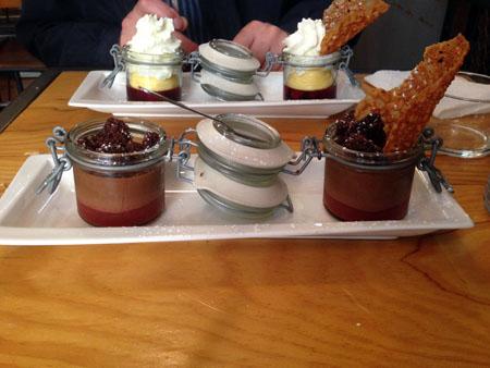 Au fond : Gelée d'hibiscus aux fraises, crème citron, mousse chocolat blanc basilic Au premier plan : confit de fraises rhubarbe, crumble chocolat, mousse chocolat au thym