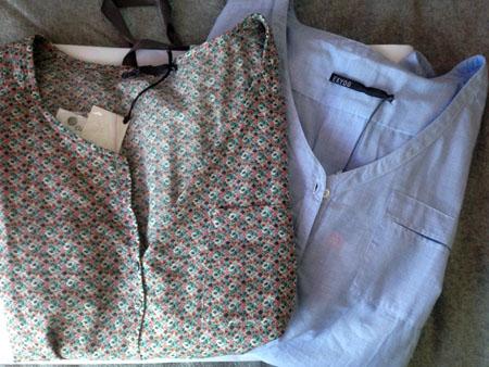 Une jolie blouse liberty qui peut se mettre manches 3/4 (il y a des petites pattes) et une autre bleue, boutonnée dans le dos