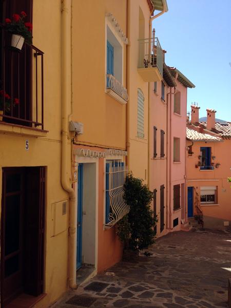 Collioure ruelle maisons colorées
